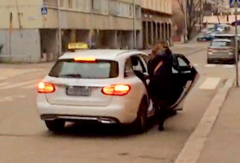 Jenni Pääskysaari ryntäsi taksiin.