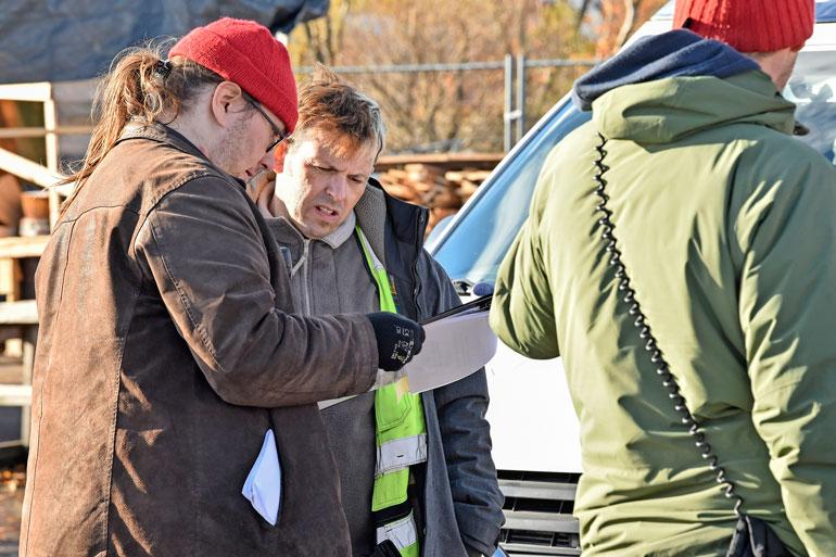 Timo Lavikainen katsastaa vielä kerran tulevan kohtauksen repliikit.