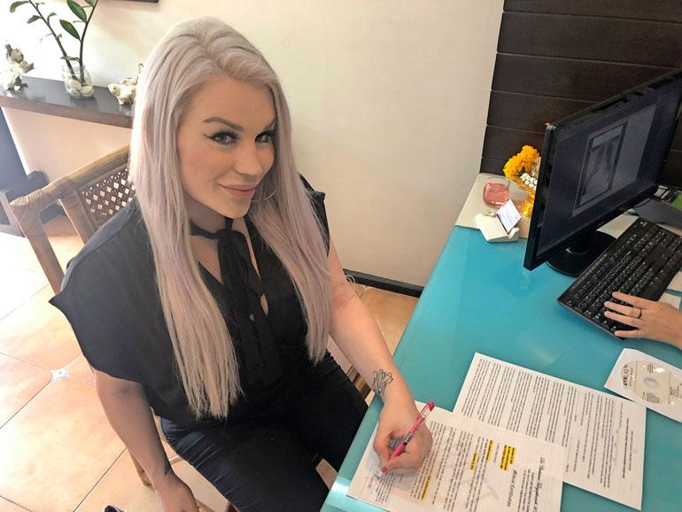 Ennen leikkausta Sofia luovutti klinikalle kahden suomalaisen psykiatrin lausunnon sekä allekirjoitti lukuisia oikeudellisia dokumentteja. – Vahvistan muun muassa ymmärtäväni, etten voi tulla raskaaksi, Sofia kertoo.