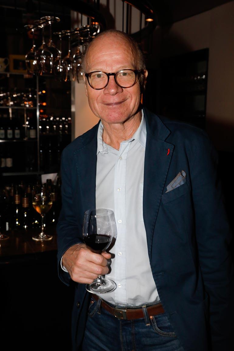 Rivoli ja Rivoletto -ravintoloiden avajaisissa pyörähtänyt ex-ministeri ja -kansanedustaja Kimmo Sasi kertoo asuvansa yksin ja nauttivansa elämästä.  – Minulla on ystävätär, jonka kanssa tapaamme varsin usein.