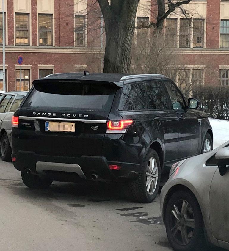 Mervi Pietilä pysäköi autonsa poikittain.