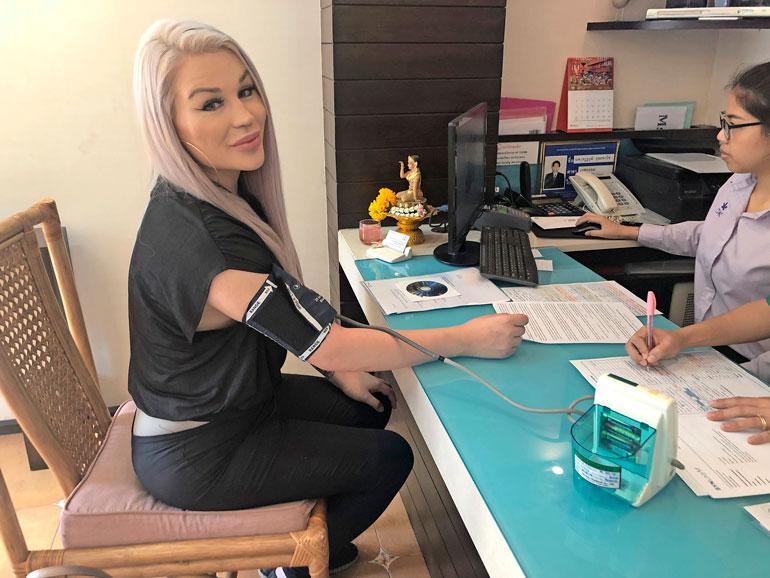 Ensimmäiseksi Sofialta mitattiin klinikalla verenpaine. Sitä ennen hänelle tehtiin Suomessa laajoja terveystutkimuksia, jotka saivat klinikalla jatkoa.