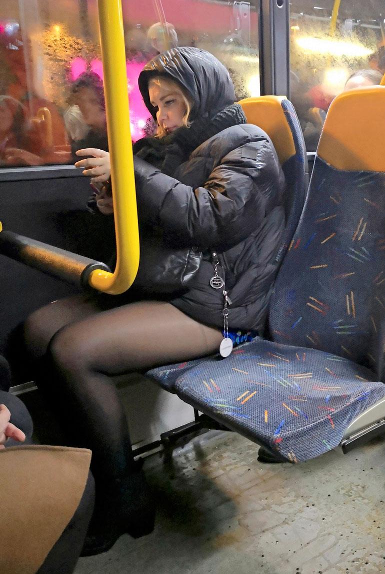 Tinni Wikström bussissa.