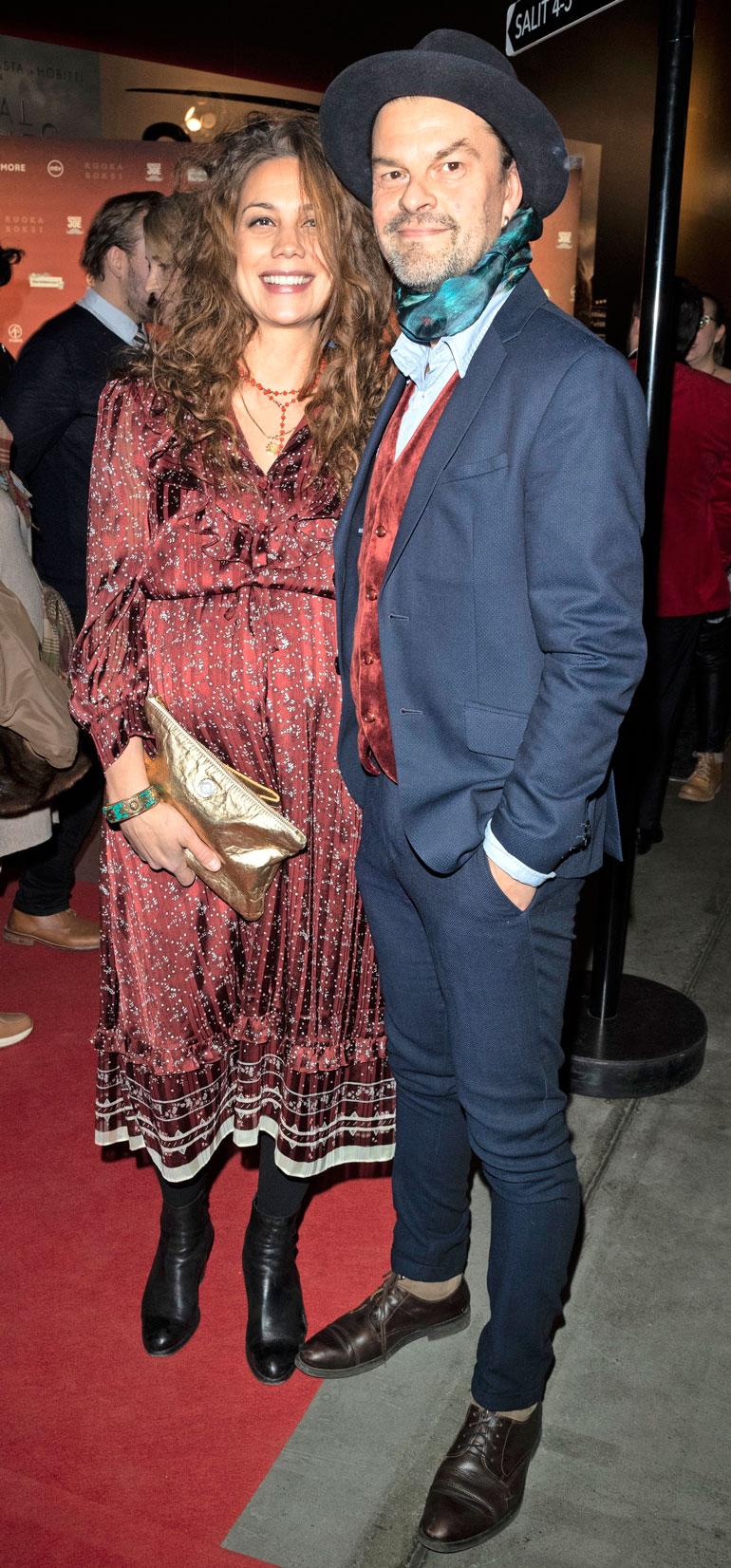 Manuela Bosco ja Tuure Kilpeläinen paljastivat vauvauutisen Swingers-elokuvan kutsuvieras-ensi-illassa.