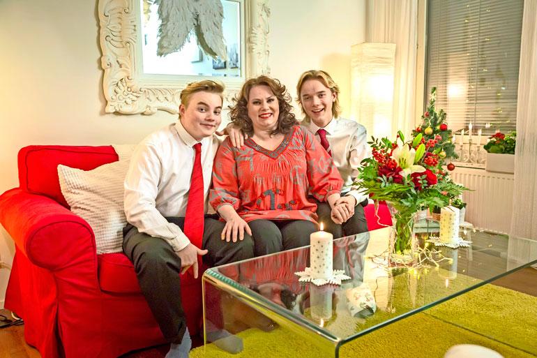Ninalla on kaksi teini-ikäistä poikaa, Matias ja Mikael. Kuva on otettu jouluna 2017.