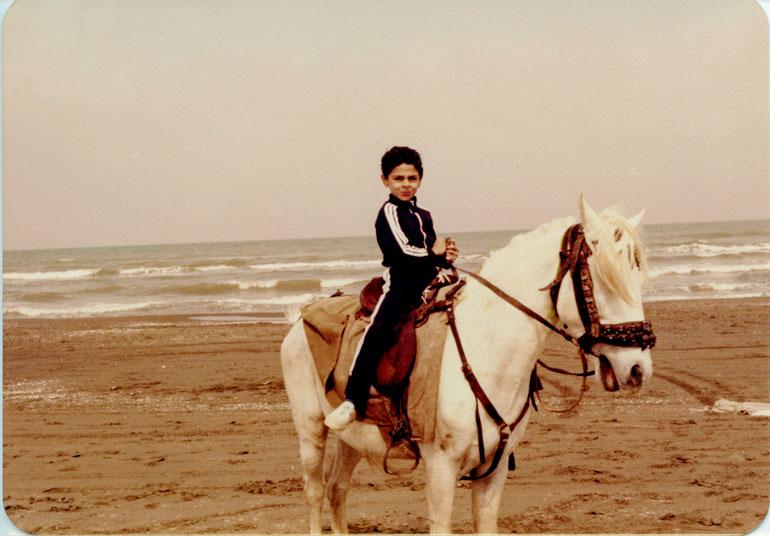 – Lapsena vietimme kesälomat aina Kaspianmeren rannoilla Pohjois-Iranissa. Olen aina nauttinut ratsastamisesta.