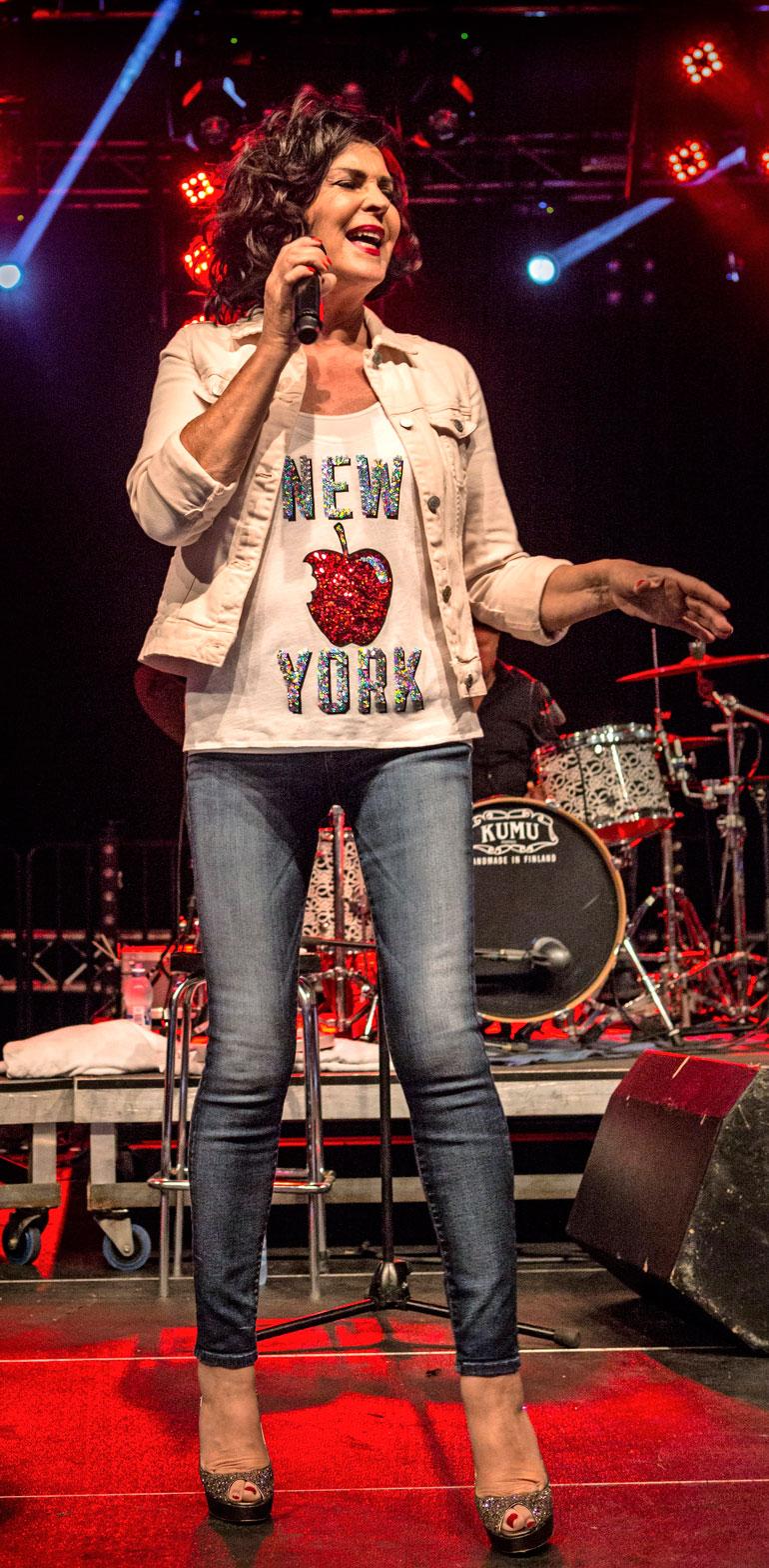 Paula Koivuniemi karaokessa.