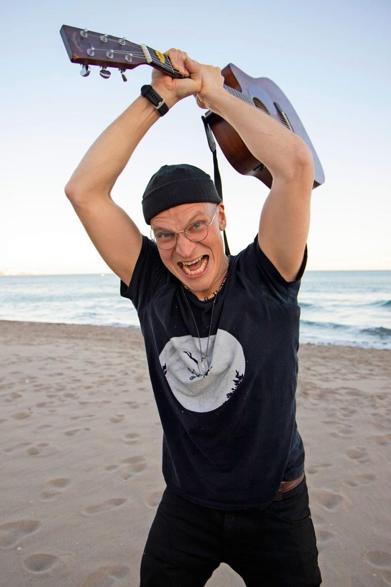 – Argh, v***ttaa ihan perkeleesti, Riku Nieminen karjui viime perjantaina Fuengirolassa. Kiitellyn Juice-elokuvan tähti purki Jussipettymystään reippaalla raivolla.