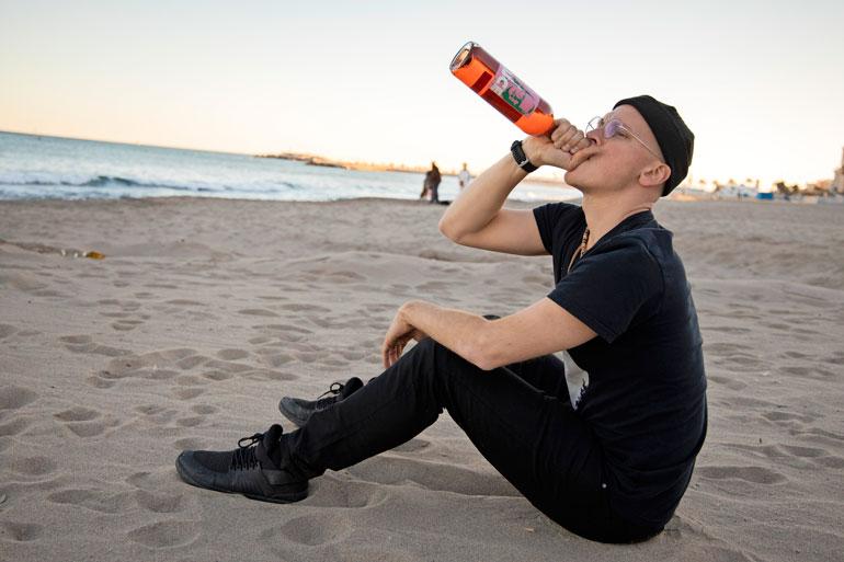 Riku istahti tuijottamaan auringonlaskua sannalle ja hörppi samalla Juice-viiniä. – Tokenen kyllä tästä pettymyksestä, kunhan hetken rauhoitun.