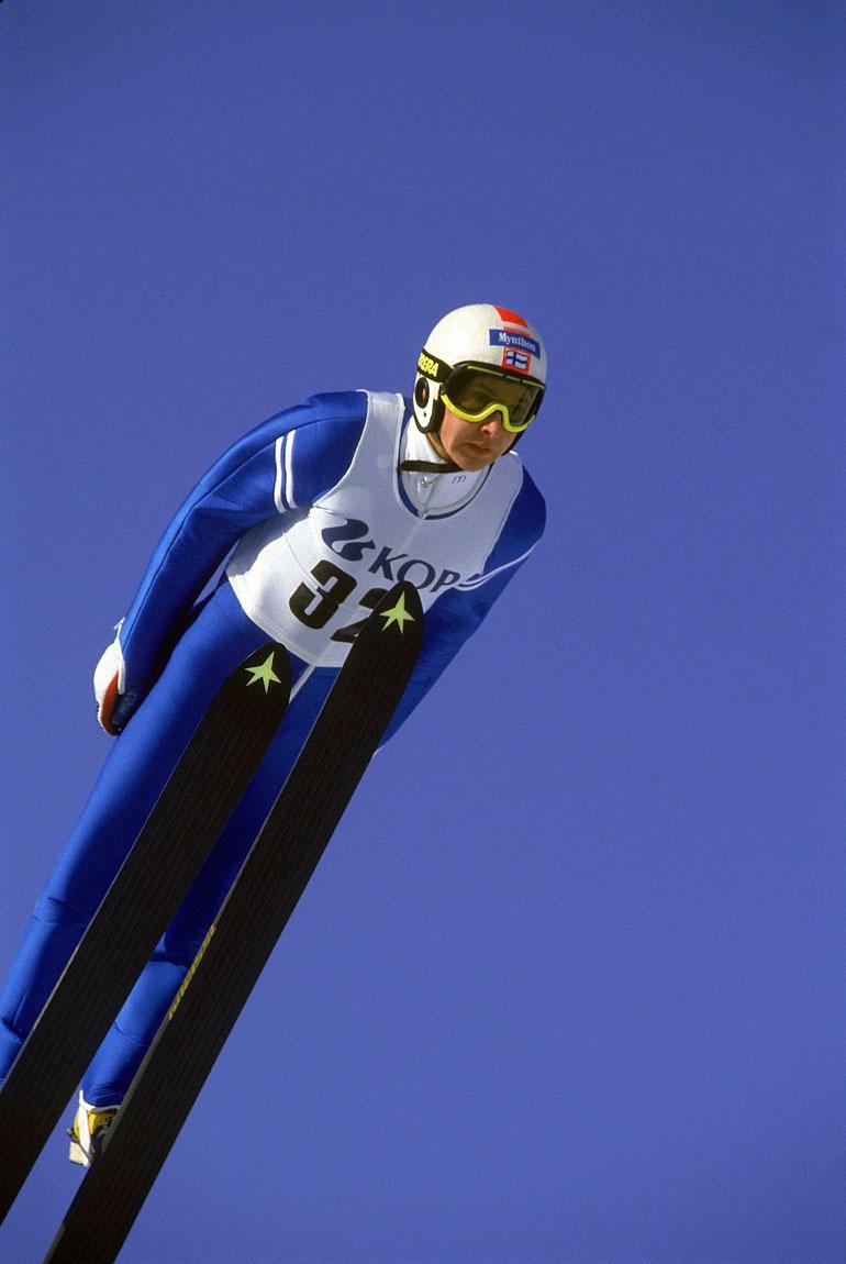Uskomatonta mutta totta: Matti Nykänen voittaa Calgaryn olympialaisista kaikki kolme kultamitalia: yhden normaalimäessä, toisen suurmäessä ja kolmannen joukkuemäessä. Kuva Salpausselältä Calgaryn kisojen jälkeen 1988.