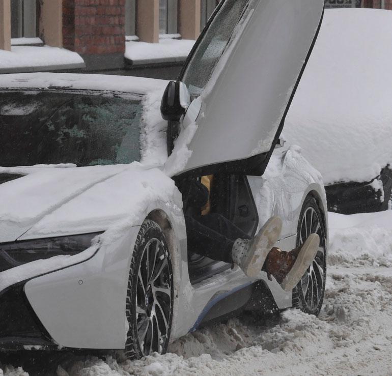 Robin tömisteli kuuluisat eriparitöppösensä puhtaiksi lumesta ennen autoon nousua.