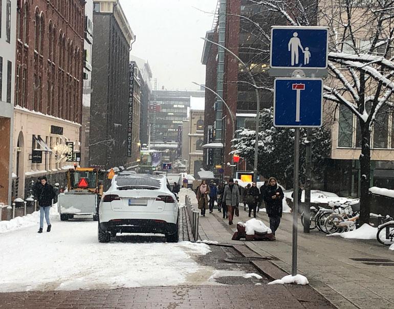 Reino Nordin pysäköi autonsa kävelykadulle.