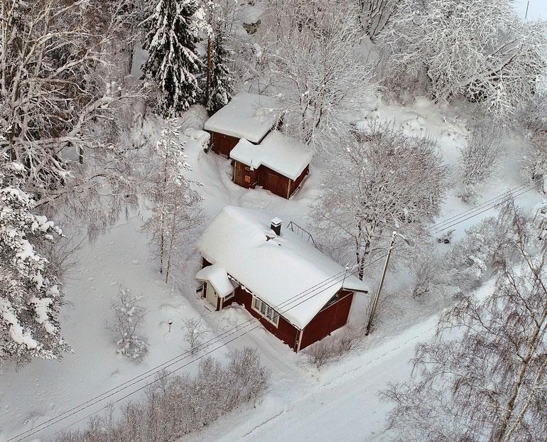 Mäntsälän piilopirtti sijaitsee reilulla 3 000 neliön tontilla. Koko tontti oli viime viikolla hyvin paksun lumihangen peitossa.