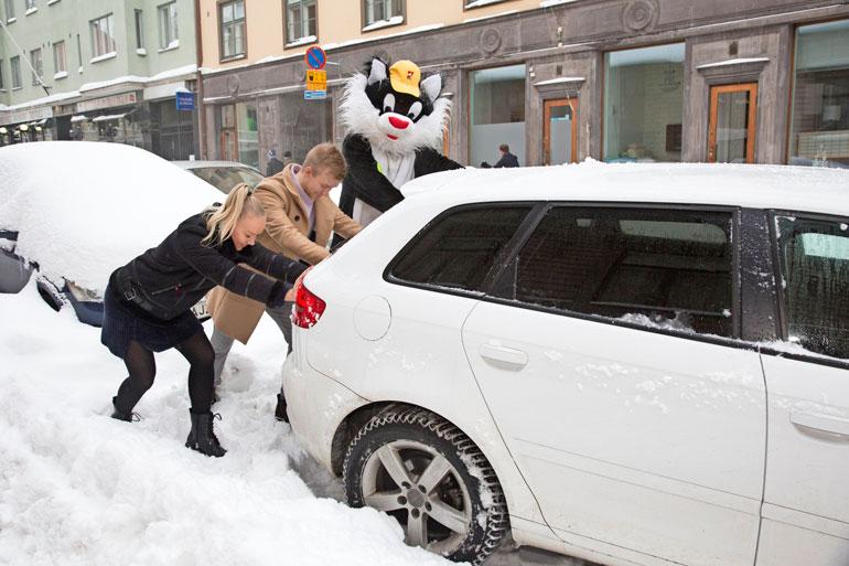 Audi liikkeelle! Kohukatti työnsi Roosa Schildtin, 22, saksalaista menopeliä tassut turtana. – Voi kiitoksia, Kohukatti! Roosa kiitteli.
