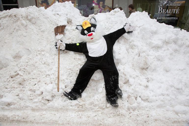 Kohukatti ei jää koskaan tuleen makaamaan, mutta lumikasaan kylläkin. – Mouuuu, onpa mukava köllötellä!