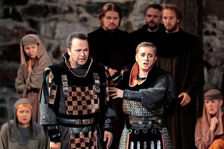 Jurmu on tuttu Savonlinnan oopperajuhlista. Kuva on vuoden 2013 Macbeth-oopperasta, jossa Jurmu (vas.) oli Malcolmin sivuroolissa.