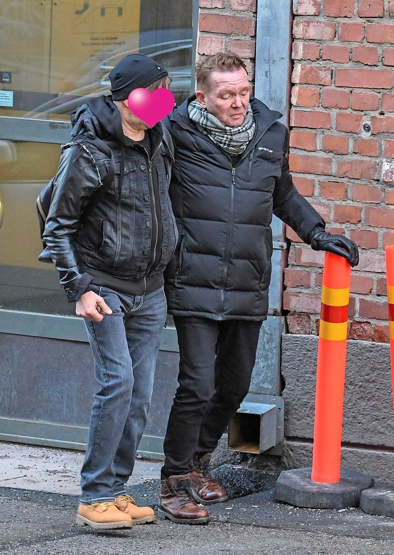 Seinään pitkään nojaillut Mikko jatkoi matkaa miesystävän tukemana.