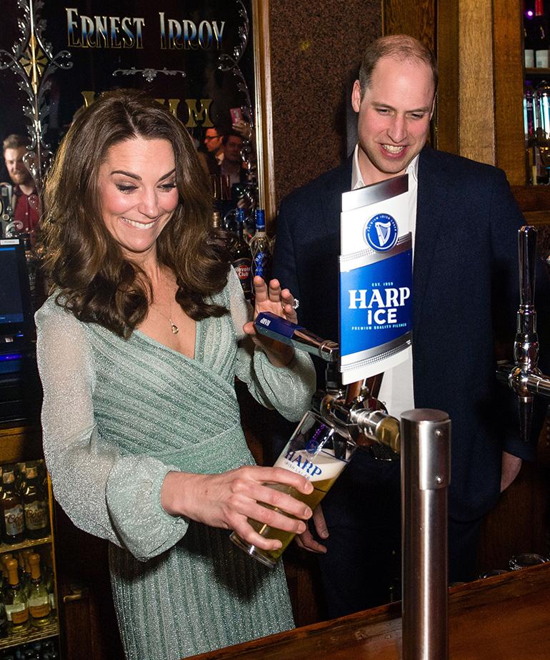 Herttuatar Kate kaataa olutta.