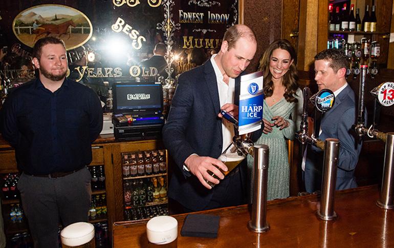 Prinssi William baaritiskin takana Belfastissa - näin täyttyy pint!