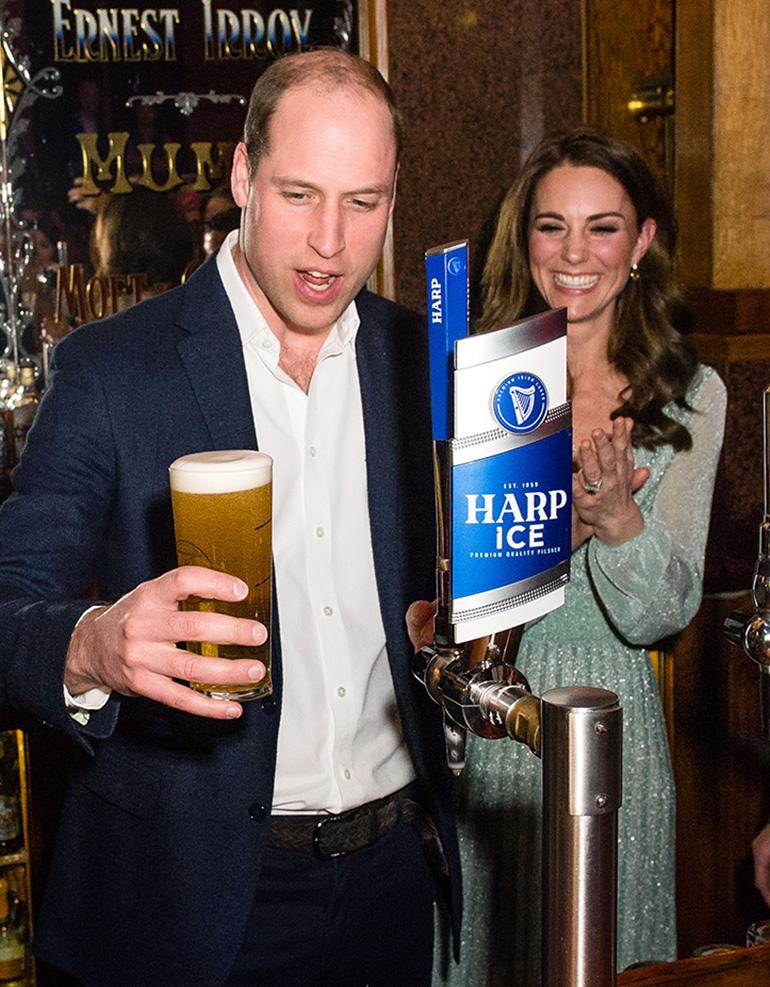 Prinssi William ja tuoppi bisseä!
