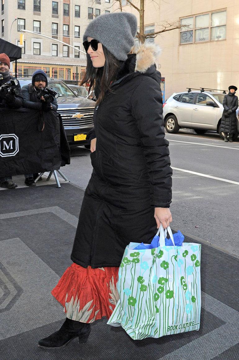 Meghanin ystävä Abigail Spencer saapui hotellille lahjakassin kera. Tämä lahja kiihotti spekulointia vauvan sukupuolesta.