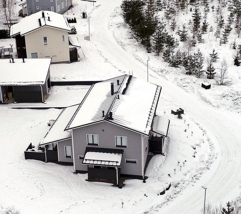 Talo sijaitsee rauhallisella asuinlaueella Salossa.