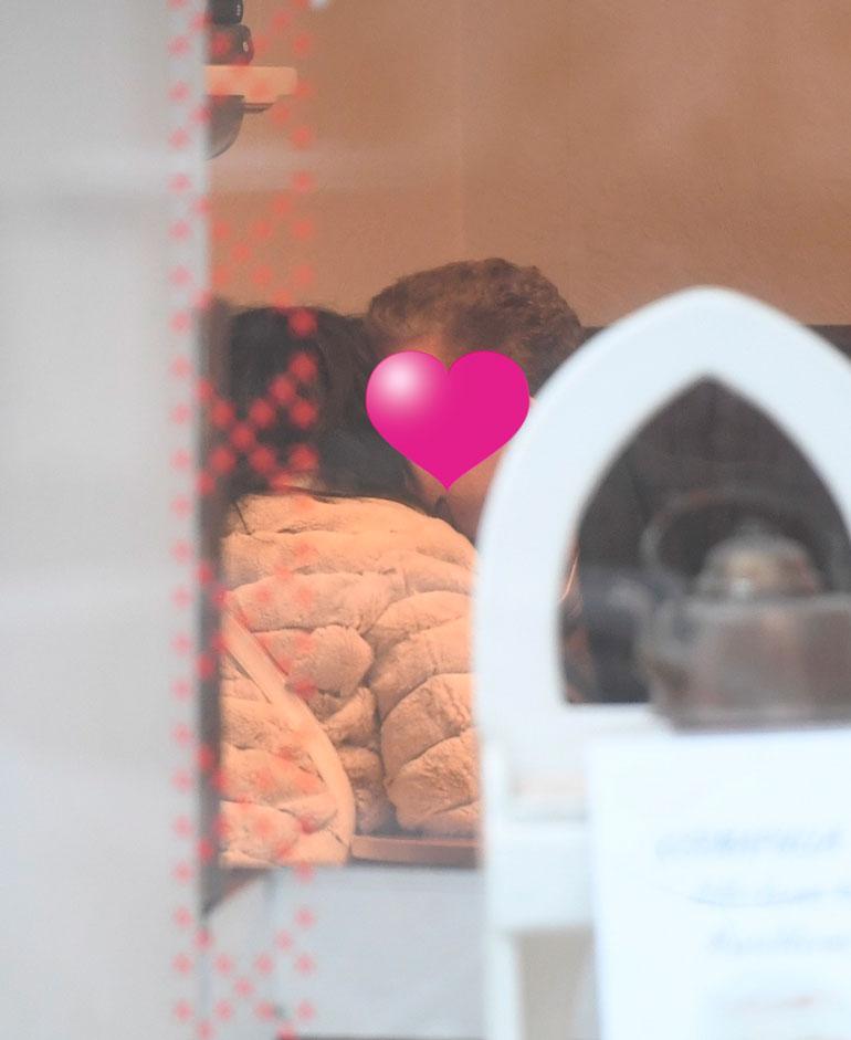 Toisessa kahvilassa liikemiesrakas antoi Kaijalle useita kuumia suudelmia.