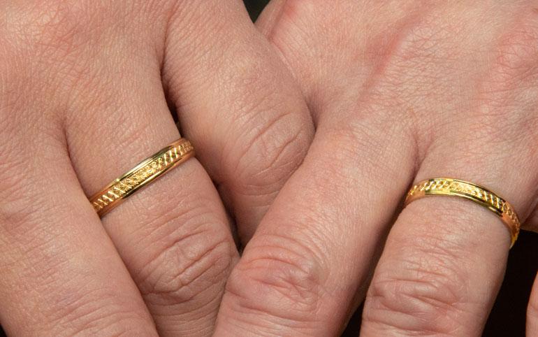 Rakastunut pariskunta valitsi yhdessä identtiset kihlasormukset. – Emme halunneet mitään perinteistä.