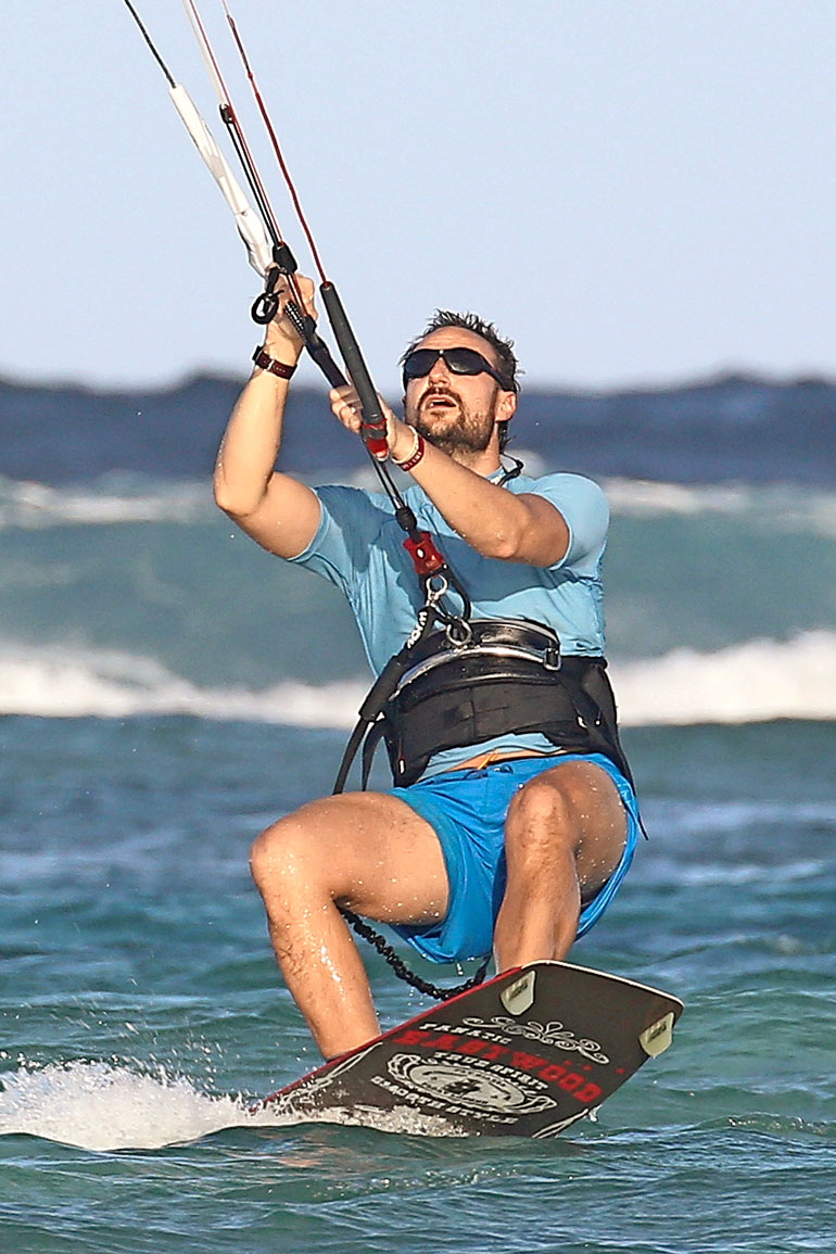 Haakon surfaa.
