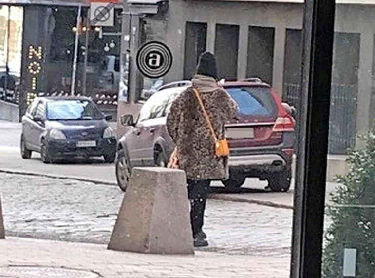 Maija Vilkkumaa käänsi katseita kadulla.