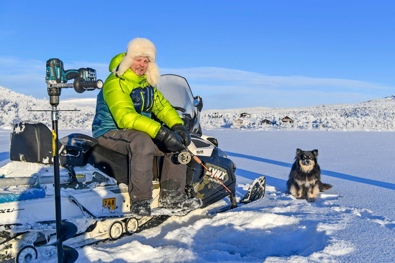 Tunturierämaahan ei ole mitään asiaa, jos tuulet yltyvät liian koviksi. – Näillä leveysasteilla on pakko seurata säätiedotuksia, Aki alleviivaa. Kohtalokas lumimyrsky tapahtui muutama vuosi sitten Suomen korkeimman kohdan Halti-tunturin läheisyydessä.