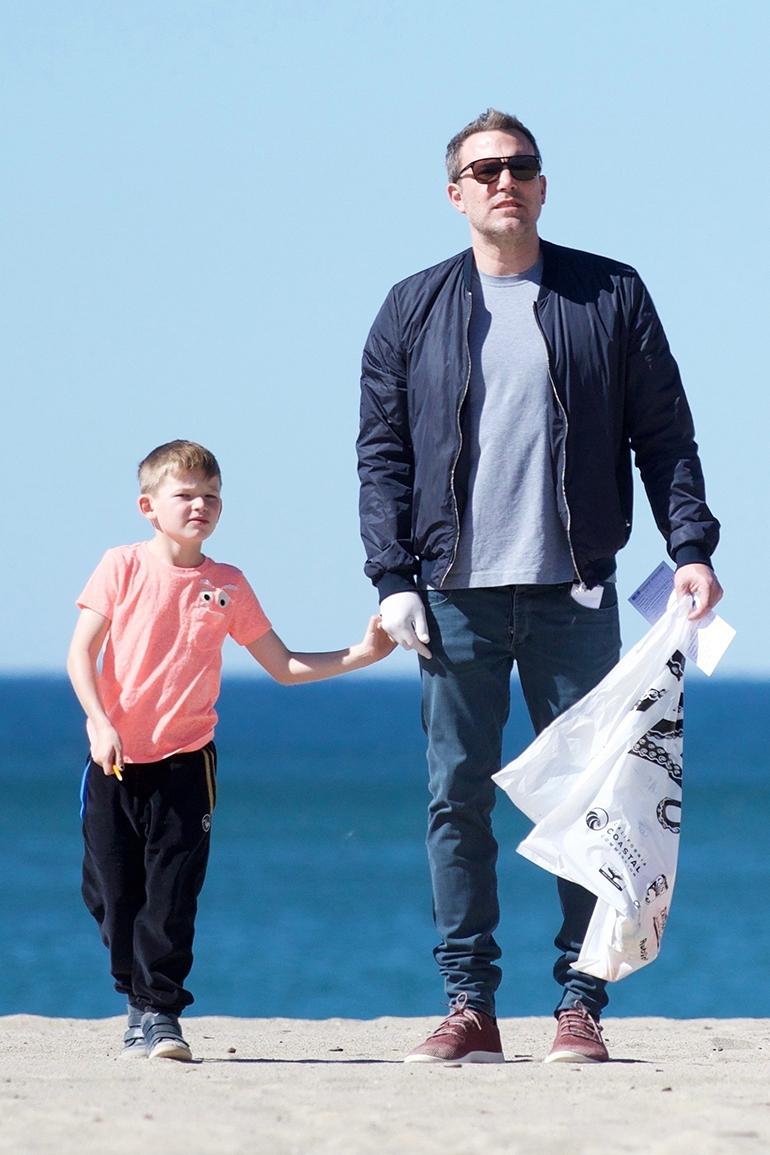 Ben Affleck rannalla keräämässä roskia
