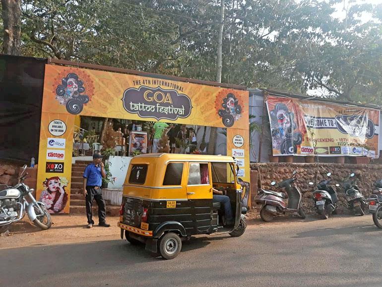 Tatuointitaiteilija vieraili tietenkin myös Goan tatuointimessuilla.