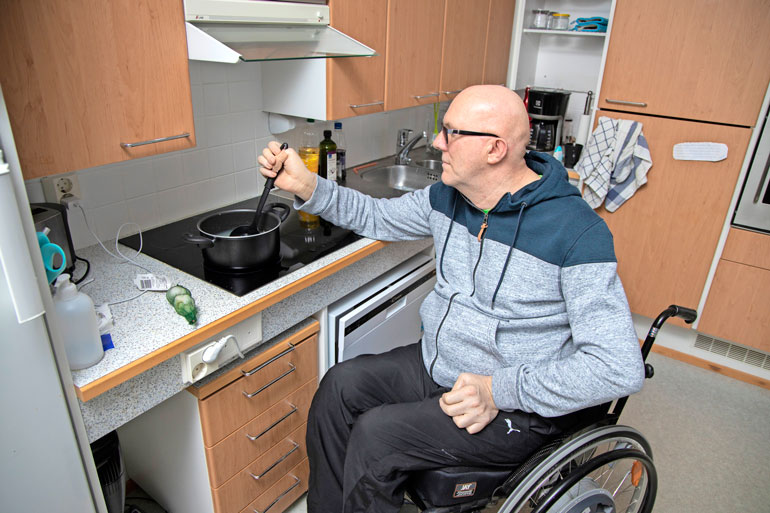 Jari asuu Invalidiliiton järjestämässä vuokraasunnossa. Muu perhe jäi vanhaan kotiin. Keittiö on mitoitettu pyörätuolia varten.