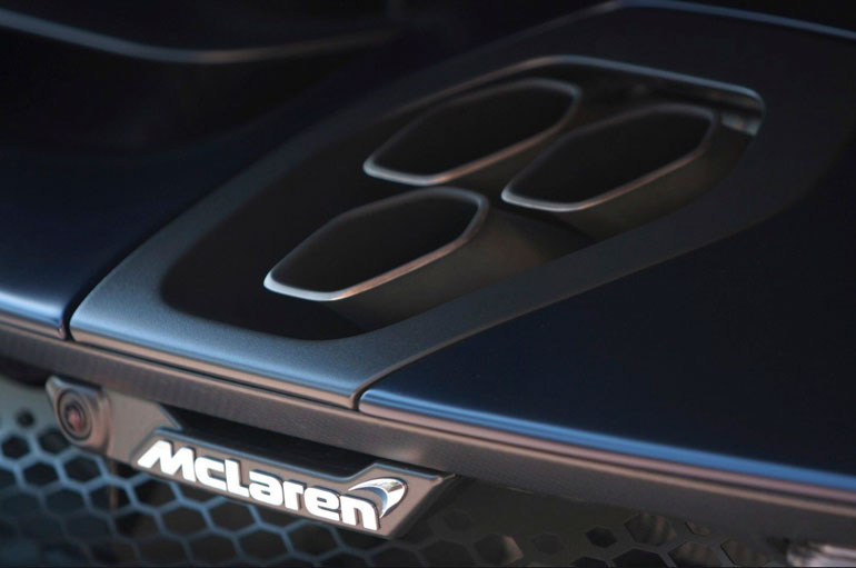 Autossa on käytetty valmistusmateriaalina runsaasti hiilikuitua. McLaren Senna painaa vain noin 1200 kiloa.