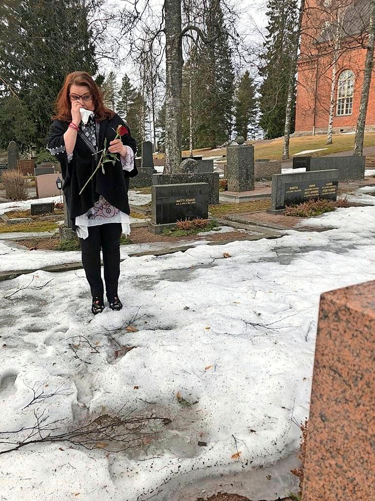 Nina vuodatti kyyneliä Timon haudalla. – Koimme suuren rakkauden, Nina toteaa.