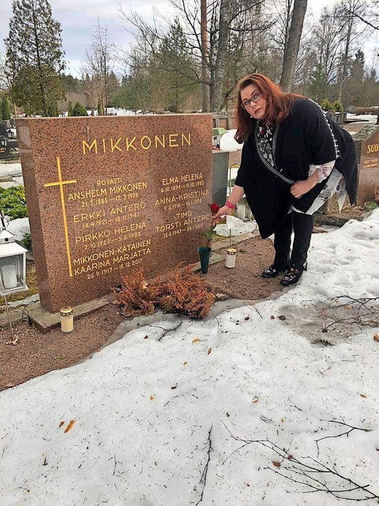 Nina vierailee säännöllisesti miehensä haudalla.