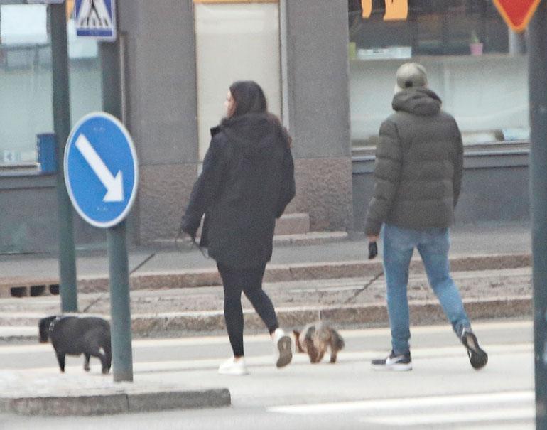 Lemmenpari ulkoilutti koiriaan Helsingin Töölössä viime sunnuntaina.
