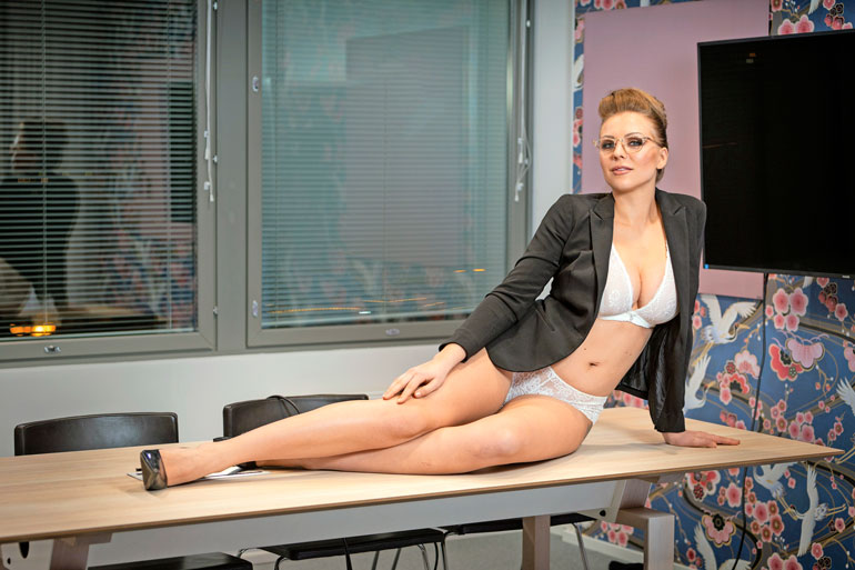 Erika viihtyi Seiskan toimistokuvauksissa. – Tämä oli kivaa ja vähän erilaista. En olekaan ennen ollut alusvaatteissa toimistotiloissa, hän nauraa.