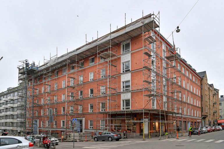 Jare ja hänen ystävänsä omistavat kuusi ullakkohuoneistoa Helsingin Punavuoressa sijaitsevasta kiinteistöstä.