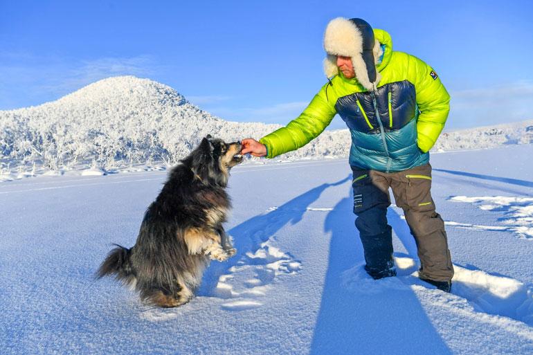 Mittarissa on -32,5 astetta, mutta Äijä ei ole siitä moksiskaan. – Siitä on nyt tullut tuollainen 4-vuotias pallero, Aki sanoo Kilpisjärven jäällä.