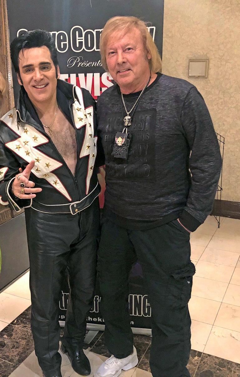 Danny varasti show'n Elvis-imitaattorilta. Hän lauloi kopion suohon ja sai amerikkalaisnaiset villiintymään.