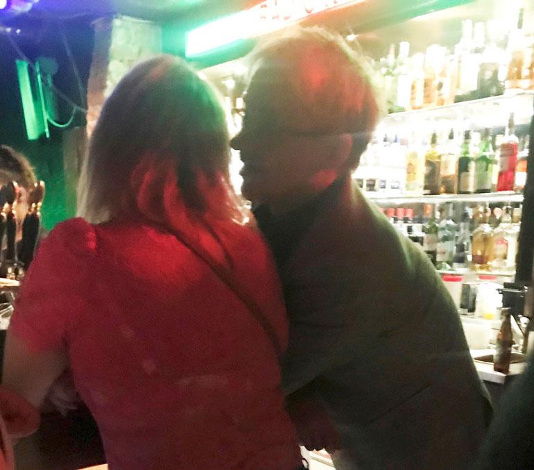 Mikael Jungner ja nuori nainen yökerhossa.