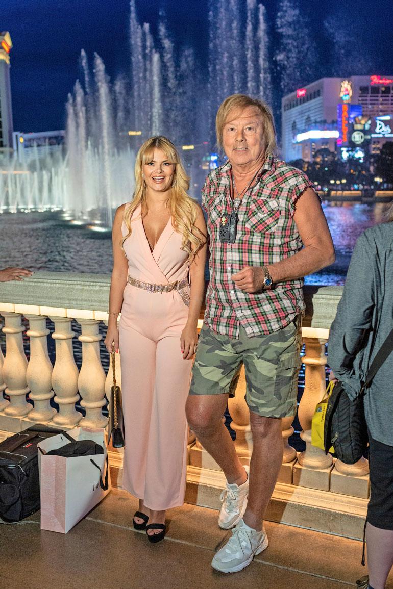 Kuuluisan hotelli Bellagion edustalla komeilee yhtä kuuluisat hotellin suihkulähteet, joita tullaan ihmettelemään ympäri maailmaa. – Tämä se vasta on Amerikkaa! Danny huudahtaa Erika rinnallaan.