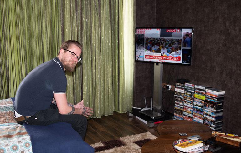 Iltaisin Wallu seuraa tiiviisti kansainvälisiä uutiskanavia. Asunnossa on myös laaja dvd-kokoelma.