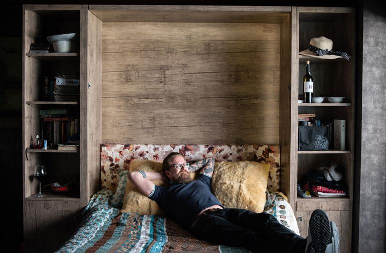 Wallun sängyn saa työnnettyä seinään kiinni, jotta asuntoon tulisi enemmän liikkumatilaa.