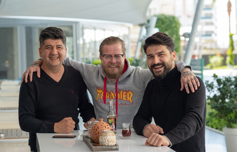 Ali Alatas (vas.) omistaa ravintolan Wallu Valpion asuttamassa Emerald Parkin lomakompleksissa. Akin Bostan (oik.) puolestaan työskentelee ravintolassa baarimikkona. Molemmat ovat tulleet erittäin tutuiksi Wallulle Turkissa vietettyjen vuosien aikana.