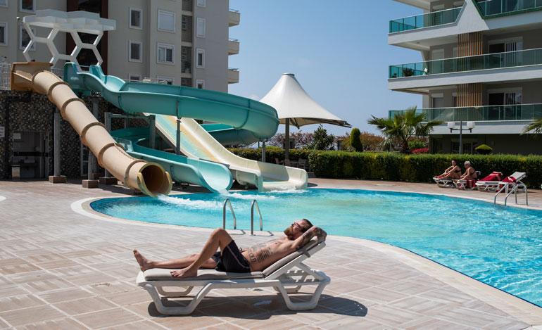Tässä paikassa ja tällaisessa asennossa Wallu viettää aina suurimman osan ajastaan Turkissa käydessään. Uima-altaan vauhdikkaat vesiliukumäet ovat olleet paitsi Wallun, myös hänen Peppi-tyttärensä mieleen.