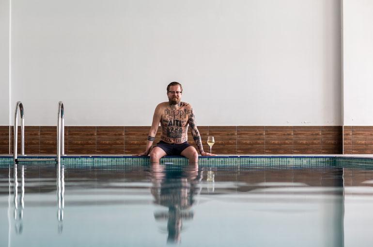 Jos ulkona on viileämpää, sisäuima-altaan lämmin vesi tarjoaa Wallulle myös paikan rentoutua.