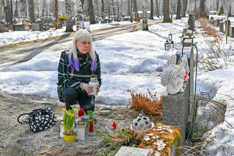 – Matti saa oman hautakiven, johon tulee olympiarenkaat. Kivi laitetaan, kun ilmat lämpenevät, Pia kertoo haudalla.